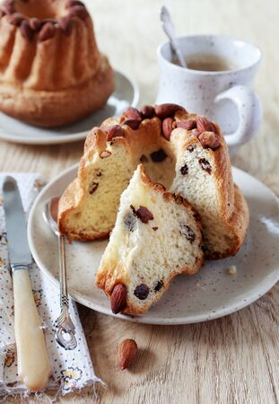 Traditional alsatian pastry: Kouglof with raisins and almonds Banque d'images