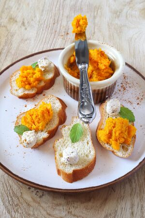topped: Appetizer: Bread topped with carrots and cheese Stock Photo