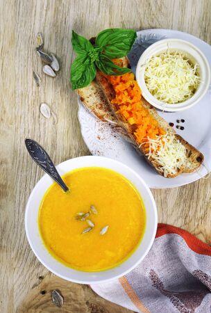 queso rallado: sopa de zanahoria con pan y queso rallado rematado Foto de archivo