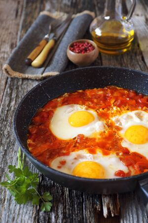 huevos estrellados: Shakshouka: fried eggs with tomatoes and peppers, rustic style