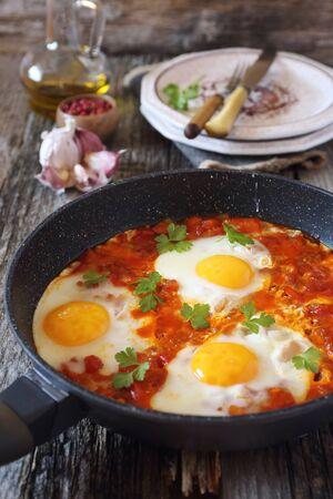 huevos estrellados: Shakshouka: huevos fritos con tomate y pimientos, estilo r�stico
