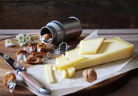 fleurs des champs: Savoy spécialité: le fromage Beaufort et de caramel au lait peut Banque d'images