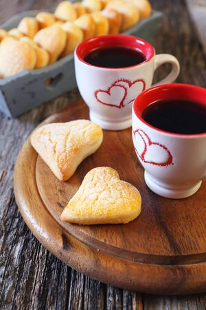 Valentine's Day: two cups of coffee and heart cookies in wooden tray 版權商用圖片
