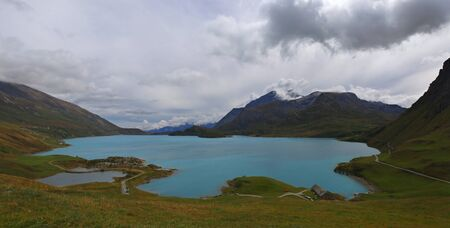 Savooiekool, herfst landschap. Franse waterkrachtcentrale: Dam in de bergen. Franse Alpen, het meer van de Mont-Cenis pas en prachtige wolken Stockfoto