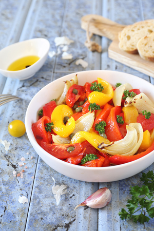 Escalivada. Vegetable salad: roasted bell pepper with onions, parsley, garlic, tomatoes and olive oil Standard-Bild