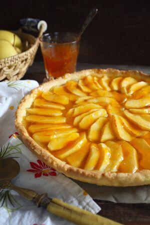 French cuisine: traditional apple tart with apricot jam. Rustic style Zdjęcie Seryjne