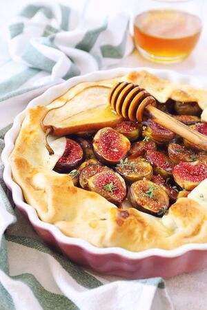 Homemage figs galette pie with pears and honey in ceramic dish Zdjęcie Seryjne