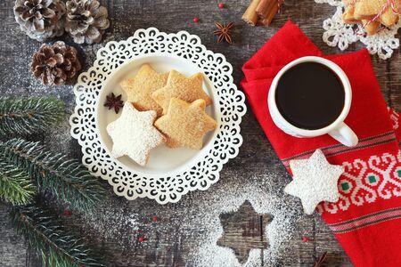 Weihnachts-Zimtplätzchen (Gewürzkuchen), Tasse Kaffee und Neujahrsdekoration. Ansicht von oben