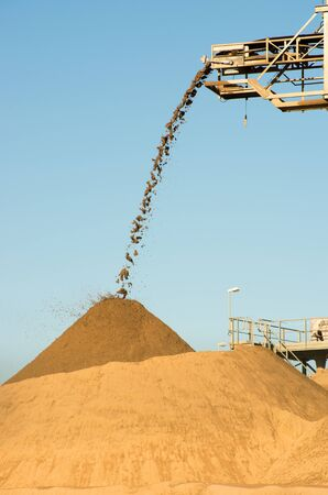 Sand falling from a conveyor belt 版權商用圖片