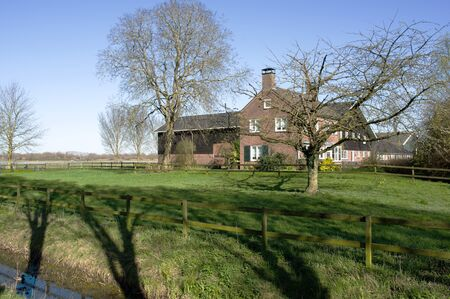 Traditional typical dutch farm building with pasture for cattle Banque d'images