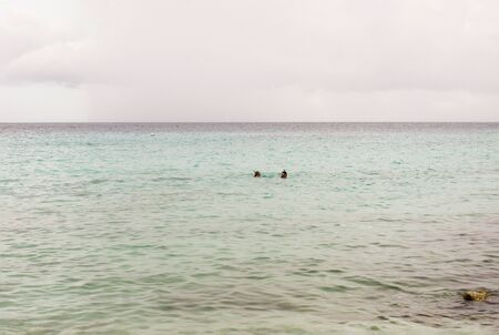 Tropical sea with two snorkeling people in the distance at Curacao Banque d'images