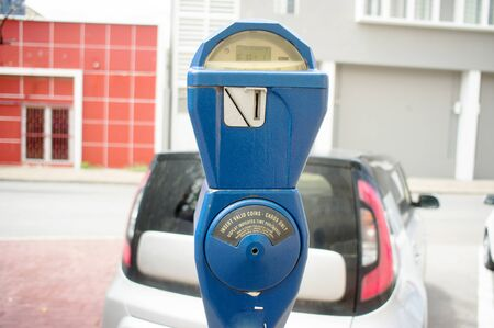 Blue vintage parking meter with a car in the background in Willemstad, Curacao Banque d'images