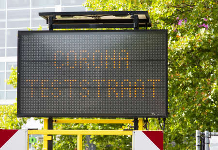 Dutch corona test street information sign ito indicate a test center n Arnhem, Netherlands. Translation: test street means test street Banque d'images