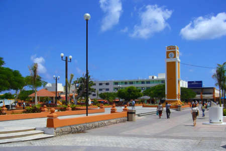 cozumel: Una torre de reloj en la plaza de la isla de Cozumel. Filmada en Yucatan, Mexico.