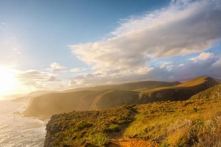 日没の光の霧のビーチ。オッター トレイル チチカマ国立公園では、ガーデン ルート周辺地域、西ケープ州、南アフリカ共和国で撮影します。