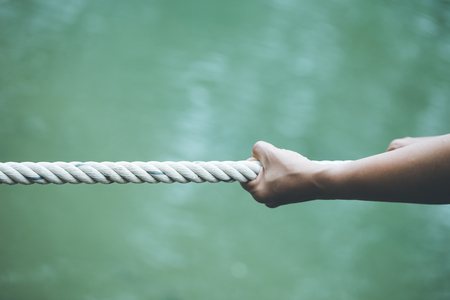 Manos tirando de una cuerda Concepto de estar solo Fortalecido