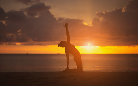 Yoga on the beach. Silhouette style. Banque d'images