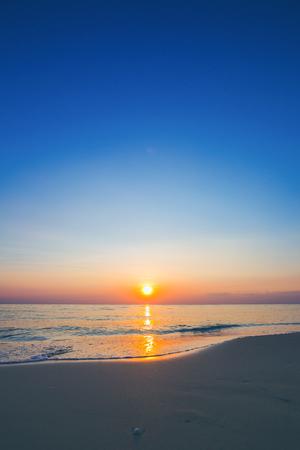 Schöne Ozeanlandschaft bei Sonnenuntergang. Vertikal Standard-Bild