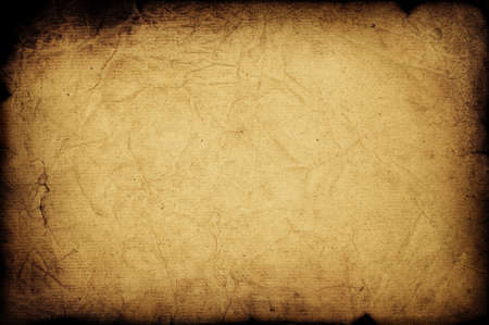 papel quemado: Oscuro temor anticuado papel quemado textura con pliegues Foto de archivo