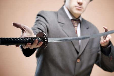 samourai: Homme d'affaires donnant une �p�e (symbole de la lutte). Partenaire dans la notion d'entreprise, concept nouveau leader Banque d'images