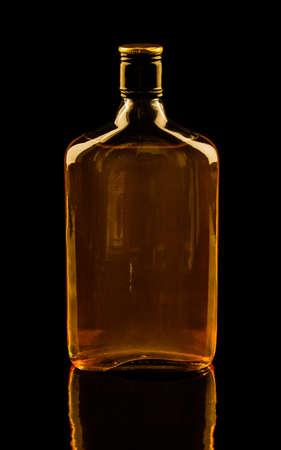 botella de whisky: Aislado con trazados de recorte sola botella de whisky con imagen de reflexión Colores cálidos