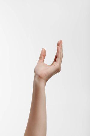 Weibliche Hand mit Maniküre, die etwas hält oder nimmt