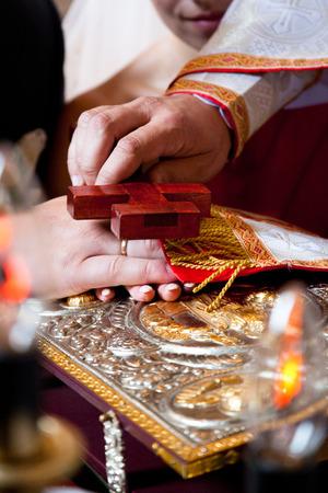 sotana: sacerdote de sotana y una biblia en una boda