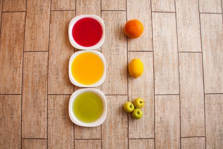 autocuidado: El concepto de dieta. Baja en calor�as dieta de la fruta. Dieta para bajar de peso. Placa con la cinta de medici�n y frutas en la mesa. La dieta vegetariana para bajar de peso. Bienestar.