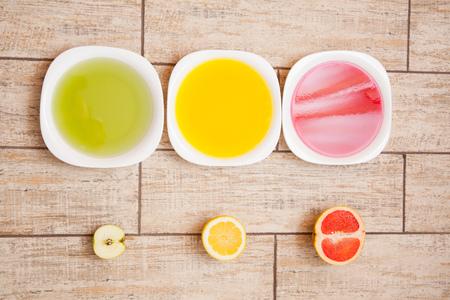 autocuidado: El concepto de dieta. Baja en calorías dieta de la fruta. Dieta para bajar de peso. Placa con la cinta de medición y frutas en la mesa. La dieta vegetariana para bajar de peso. Bienestar.