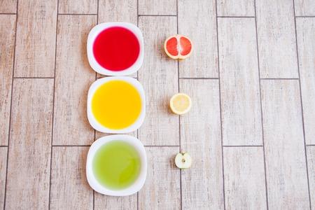 selfcare: El concepto de dieta. Baja en calorías dieta de la fruta. Dieta para bajar de peso. Placa con la cinta de medición y frutas en la mesa. La dieta vegetariana para bajar de peso. Bienestar.