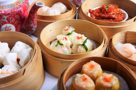 plat chinois: Dim sum chinois dans des r�cipients � vapeur en bambou