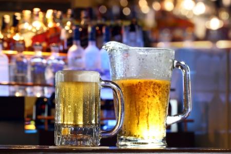 Koud verfrissend biertje in een bar Stockfoto