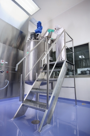 healthcare facilities: Specialized workers at pharmaceutical manufacturing facility Stock Photo