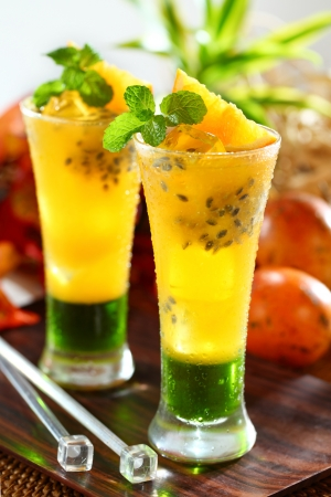 refreshing passion fruit orange juice Standard-Bild