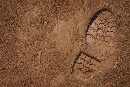 huellas pies: Pie de imprenta de la zapatilla en el barro, con copia espacio