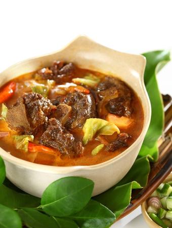 Tongseng servido con arroz. Un guiso de estilo javanés curry picante con carne de cabra con hueso todavía adherido. Foto de archivo