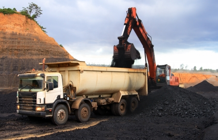 mining truck: Carbón camión volquete de carga en el sitio de minería a cielo abierto
