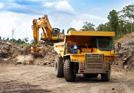 Monster máquinas trabajando en el sitio de la minería del carbón Foto de archivo