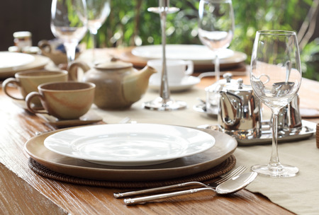 단단한 나무 테이블에 민족 야외 테이블 설정