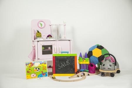 Keuken Voor Kinderen : Kinderen speelgoed geïsoleerd op een witte achtergrond houten