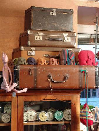 juguetes antiguos: El mont�n de viejos maletas  Foto de archivo