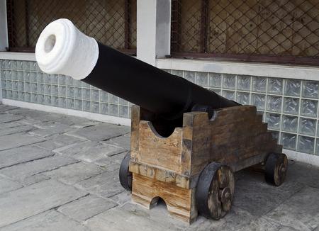 barrel bomb: a big cannon