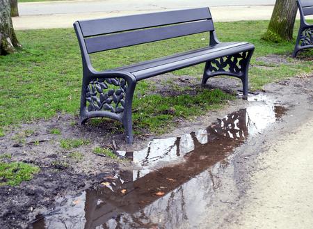 reflection water: acqua riflessione di una panchina