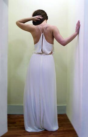 vestido blanco: Mujer de espaldas con vestido blanco