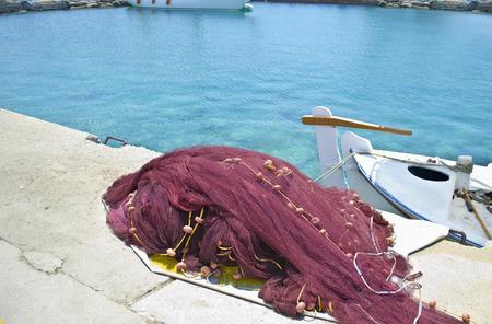 redes de pesca: redes de pesca griego de la isla y un barco - marisco tradicional griego Foto de archivo