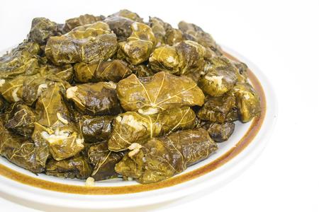 hojas vid: arroz envuelto en hojas de parra - vid hojas verdes con arroz - comida griega Foto de archivo