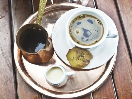 greek pot: tradizionale caffè greco con caffettiera e biscotto Archivio Fotografico