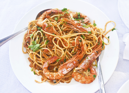 Mediterranean Seafood - pasta con gamberetti in una taverna greca