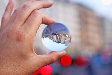Straßenfotografie von Istanbul Türkei, wie sie durch eine Kristallfotografiekugel gesehen wird - Linsenkugel im Freien Szene Standard-Bild