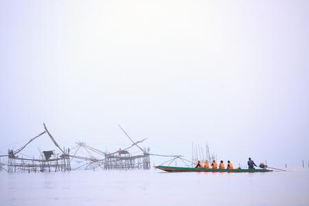 Tourist wear safety suit travel by boat watching hugh fishing net Zdjęcie Seryjne